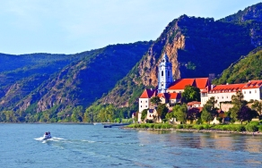 B6PM53 Durnstein village on Danube River with church that was formerly an Augustinian monastery. Image shot 09/2008. Exact date unknown.